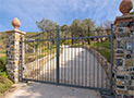 Il cancello automatico d'ingresso al Rustico