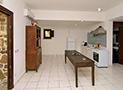 Il soggiorno con angolo cucina e bagno nell'angolo a destra