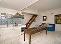 Un'altra veduta del soggiorno con divano letto sulla parete e le scale che conducono al piano superiore
