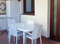 Il portico arredato dell'appartamento Levante
