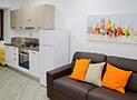 La cucina con divano letto dell'appartamento Levante