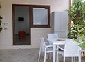 L'ingresso dell'appartamento Libeccio con tavolo e sedie