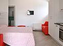 La cucina attrezzata con divano letto dell'appartamento Libeccio
