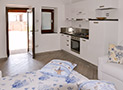 La cucina con divano letto e tv dell'appartamento Maestrale