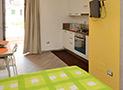 La cucina con divano letto e tv dell'appartamento Ponente