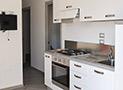 La cucina attrezzata con divano letto dell' appartamento Scirocco