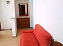 La cucina attrezzata con tv, frigo e divano