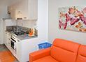 La cucina attrezzata con divano letto dell' appartamento Tramontana