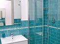 Il bagno con box doccia appartamento Tramontana