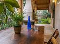 Il tavolo con sedie sul terrazzo al primo piano
