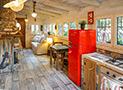 Il soggiorno con cucina in muratura e arredi in stile marinaro