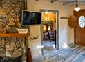 Camino realizzato con pietre locali, tv e la camera doppia sullo sfondo