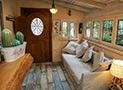 Il divano letto due posti nel soggiorno