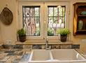 Particolari della cucina e la finestra che affaccia sul cortile