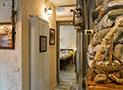 La camera matrimoniale ripresa dal camino posto nel soggiorno