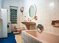 Il Bagno con vasca e lavatrice privata