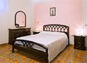 La camera da letto matrimoniale con comodini, armadio e cassettiera