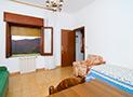 La camera con letto singolo, divano matrimoniale e tv