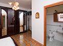 Il bagno interno della camera matrimoniale e la tv sullo sfondo