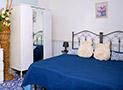 La camera da letto tripla color mare blu cobalto con tv