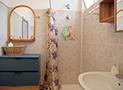 L'ampio bagno con doccia e servizi
