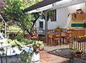 Il terrazzo attrezzato e il giardino con doccia