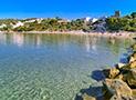 Panoramica della spiaggia con la sabbia e in ciottoli