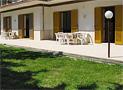 La veduta esterna e il giardino dell'appartamento a Ogliastro Marina