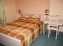 L'elegante camera da letto matrimoniale con scrittoio