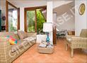 Il salone-soggiorno con angolo lettura di Casa Elvira