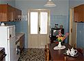 La cucina attrezzata con utensili e con tv color
