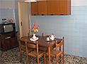 La cucina con tv color e camino in pietra