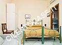 La camera con letto matrimoniale e poltrona, tv, frigobar, aria condizionata e bagno con box doccia