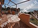 Il terrazzo attrezzato dell'appartamento con vista mare