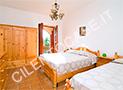 La camera con letto matrimoniale e singolo dell'appartamento Zenone al primo piano