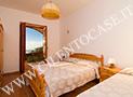 La camera con letto matrimoniale e letto singolo con vista mare di Parmenides