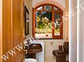 Il bagno con box doccia dell'appartamento Parmenides