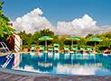 La piscina con solarium e lettini prendisole