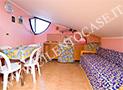 La cucina con divano letto della mansarda al piano  superiore