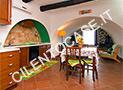 L'ampia cucina con angolo soggiorno