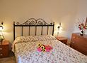 Una delle camere da letto di una sistemazione del Residence Blue Marlin