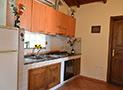 Una caratteristica cucina in muratura in dotazione di una sistemazione del Residence Blue Marlin