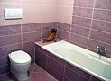 Uno dei due bagni dell'appartamento con vasca da bagno