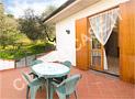 Il tavolo e le sedie sul terrazzo dinanzi alla sala da pranzo per poter consumare i pasti all'aperto