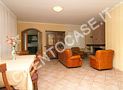 Il salone con i divani in pelle il bel camino e il tavolo centrale