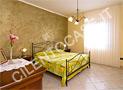 Una delle due camere da letto matrimoniale, ariosa e con grande armadio a sei ante