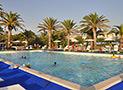La piscina del villaggio con solarium e bar